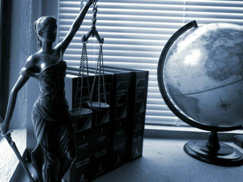 法律を司る女神-地球儀