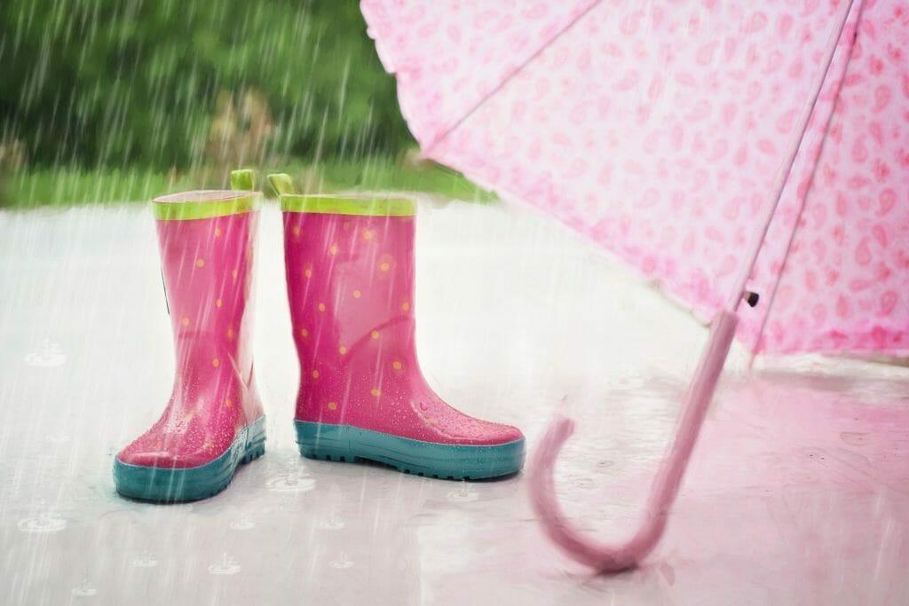 ピンクの長靴と傘