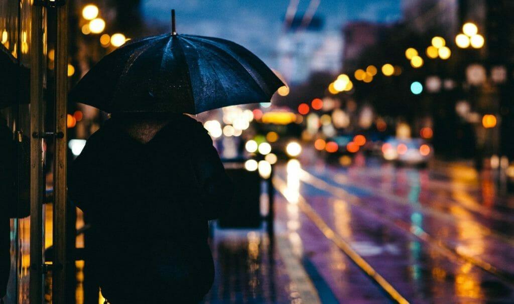 雨降りの夜-傘をさす男性