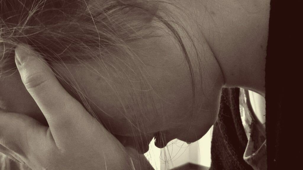 悩み-頭を抱える女性