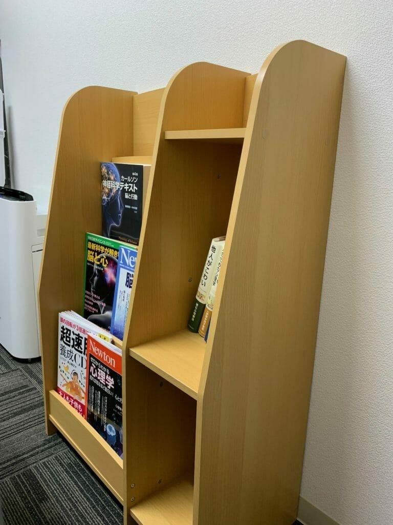 カウンセリングルームこころの羽札幌中央店に置いてある本棚
