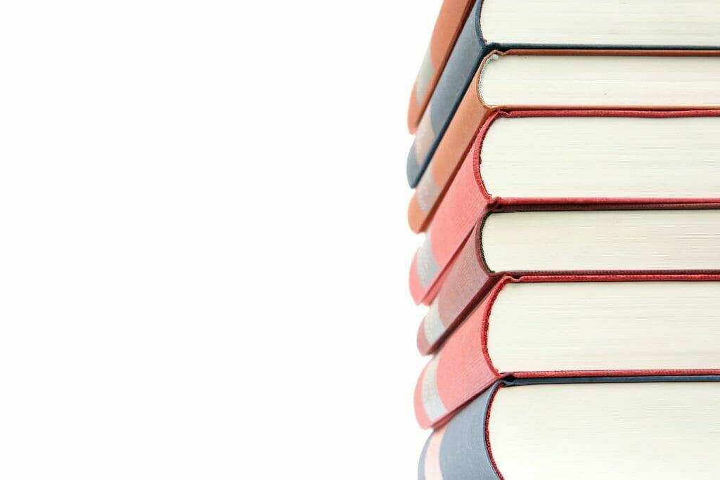 山積みになった本-知識の象徴