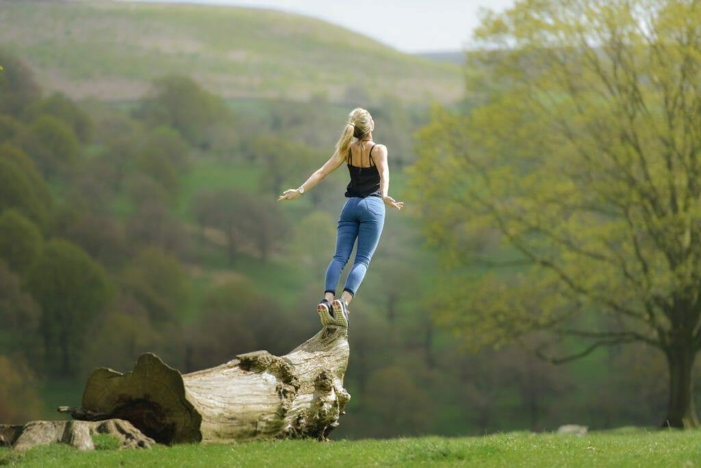 自然の中にいる健康的な女性