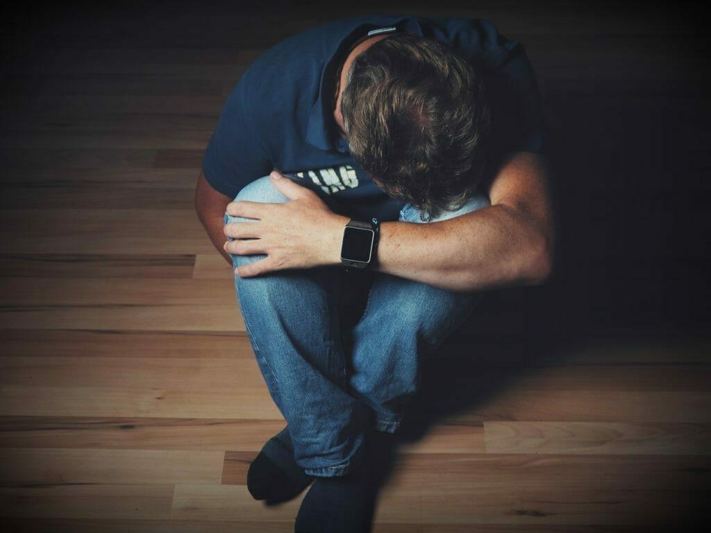 落ち込んでいる男性-うつ病