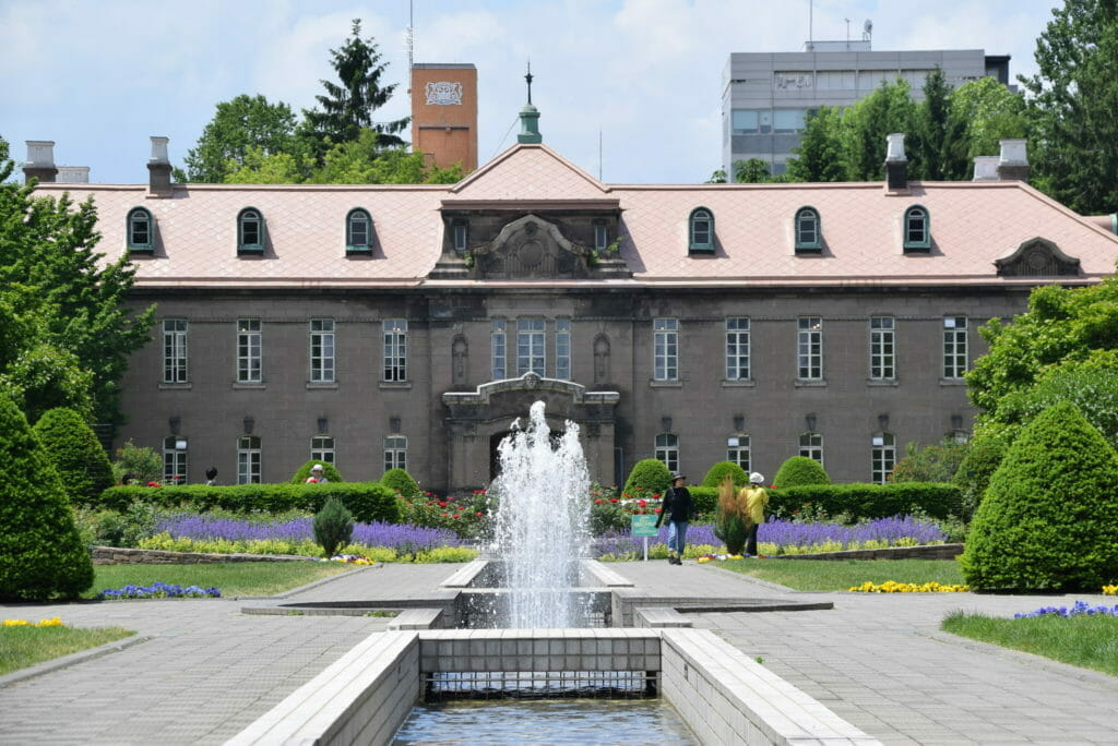 夏の札幌資料館と噴水