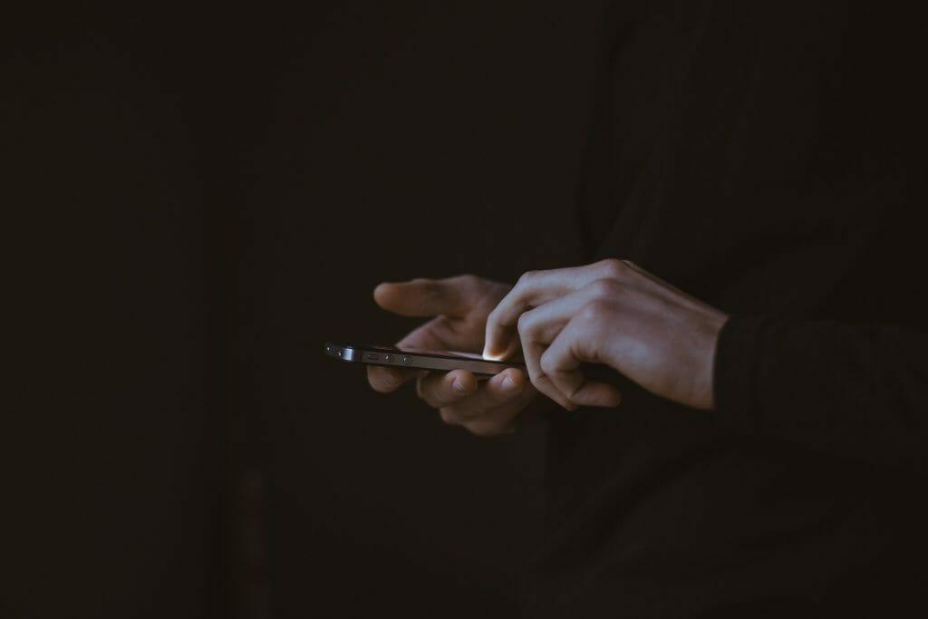 夜にスマートフォンを使う人