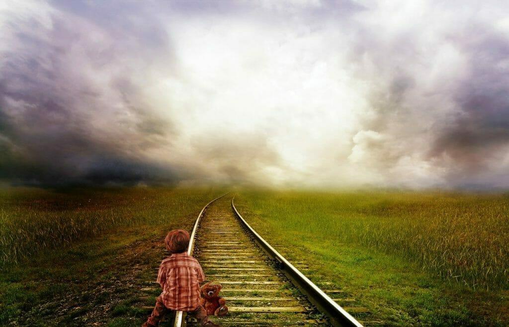 線路を歩く少年