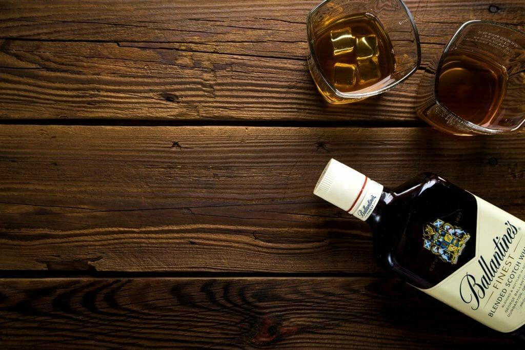 木のテーブルに置かれたアルコール