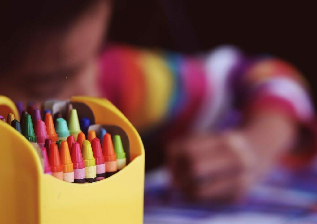 イメージすることの重要性-クレヨンと子供