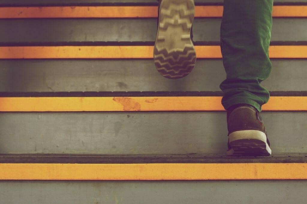 ステップを上る男性